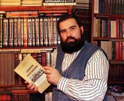 Mikhail Lépekhine, chez lui. Dans ses mains, la première édition parisienne en russe des Protocoles.